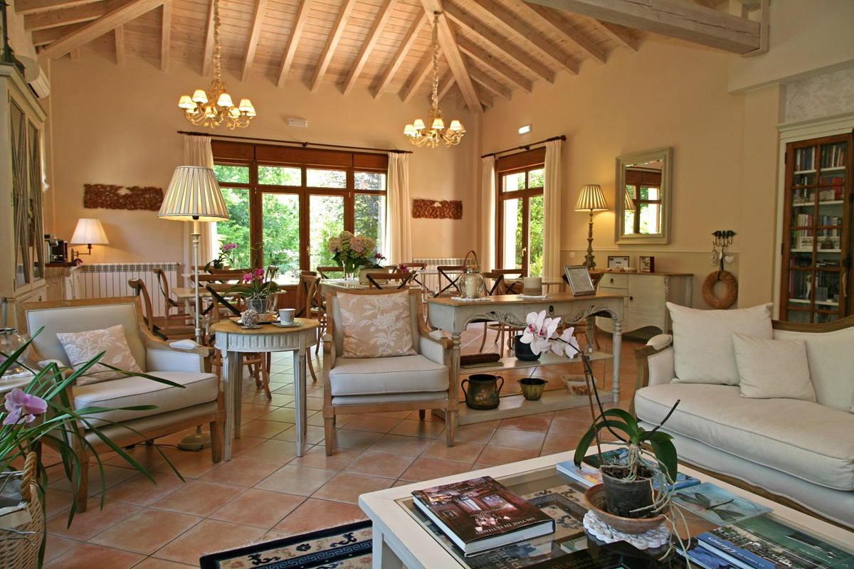 Luminoso salón con techo de madera y maravillosas vistas a nuestro jardín con hortensias