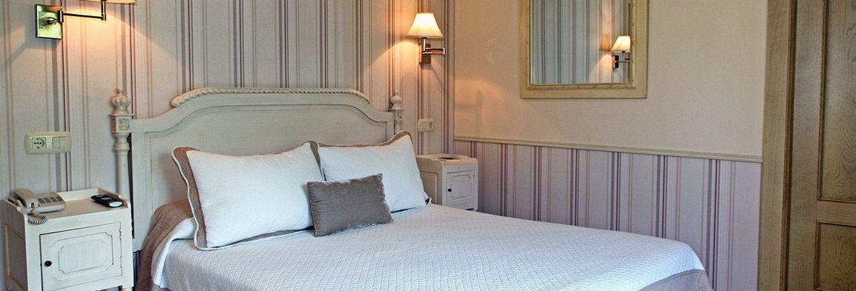 Habitación matrimonial en el Hotel Arpa de Hierba en Llanes