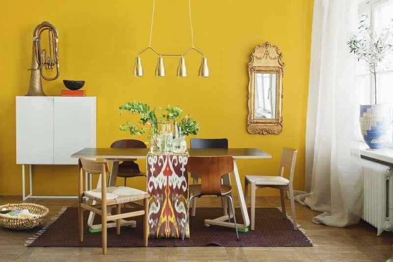 Decoracion interior y mobiliarios de color amarillo