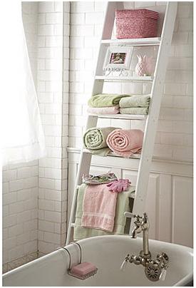 Practico y decorativo Una escalera en el bao