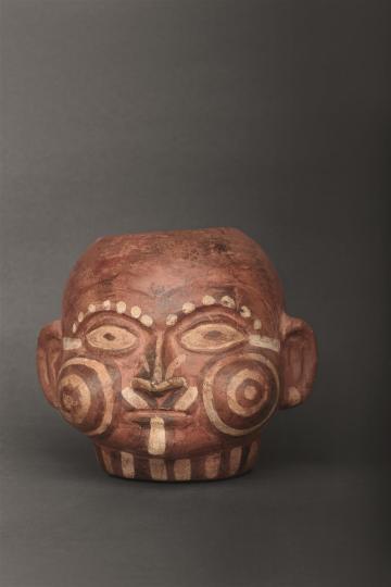 Mascando coca Cuenco de estilo mochica (200-850 d.C.) con representación del rostro de un personaje chacchando coca. Foto: Proyecto Arqueológico Huacas del Sol y de la Luna, Ministerio de Cultura del Perú / MALI