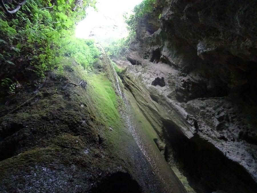Chimenea de erosión sobre la última caldera. Un hilo de agua, apesar de la sequía, mantiene el paraje vivo.
