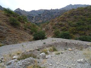 Depósitos aluviales recientes. Los cambios en los patrones de precipitación modifican intensamente el paisaje de fuertes pendientes.