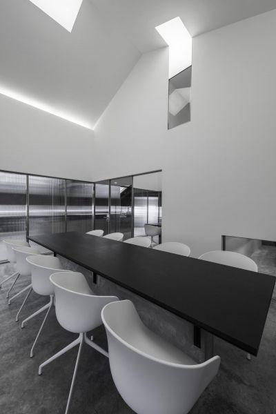 Interior de una salada de juntas de Flamingo Shanghai Offices, Neri&Hu