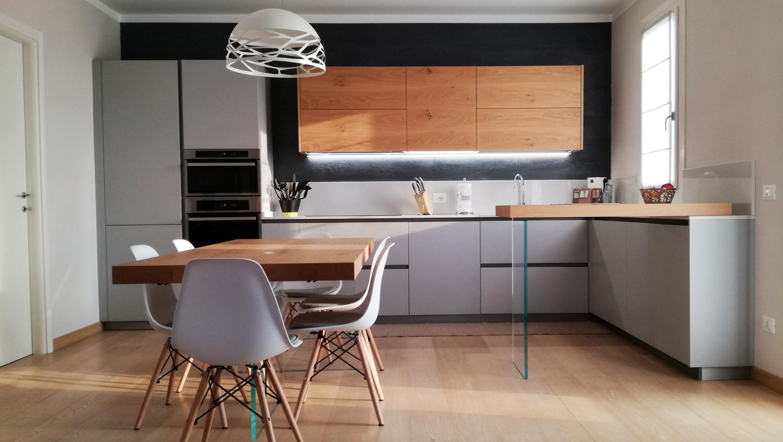 Cucina Grigio Opaco con Particolari in Legno di Rovere  Arredamenti Barin