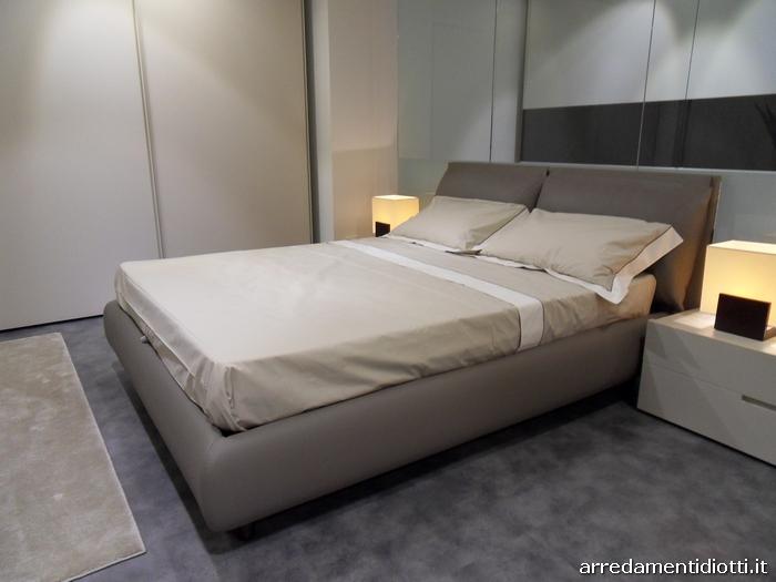 Letto imbottito con cuscini di testata per una posizione di totale relax o pi adeguata alla