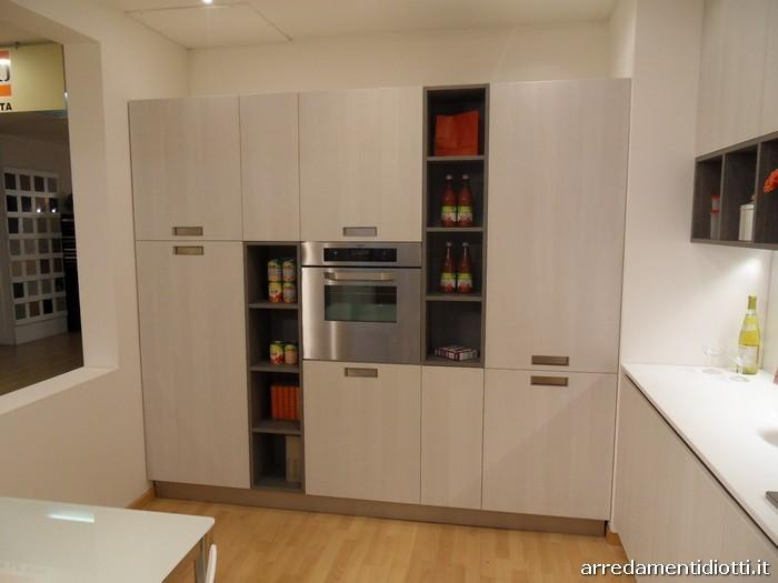 Cucina Grafica moderna e lineare con pensili a giorno