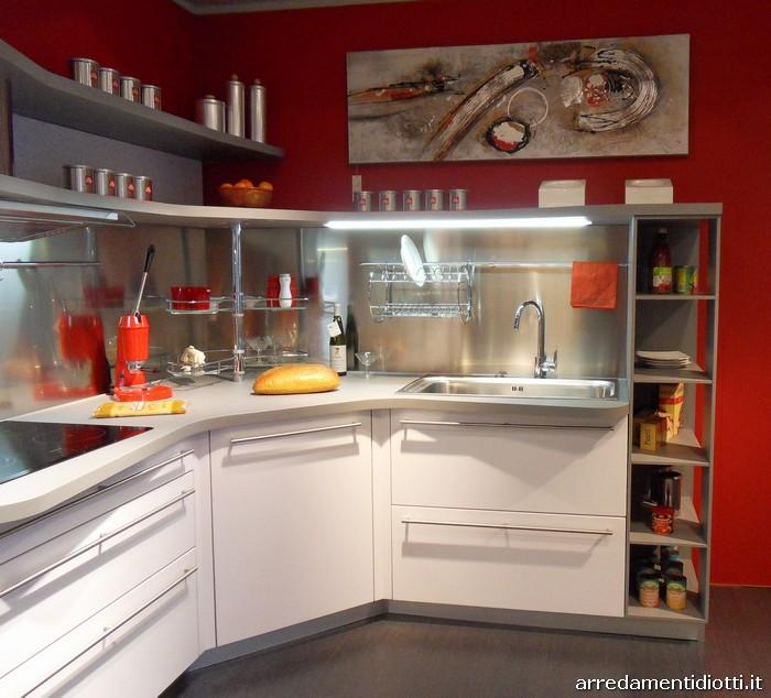 Cucina Snaidero in prezzo affare con piani sagomati e