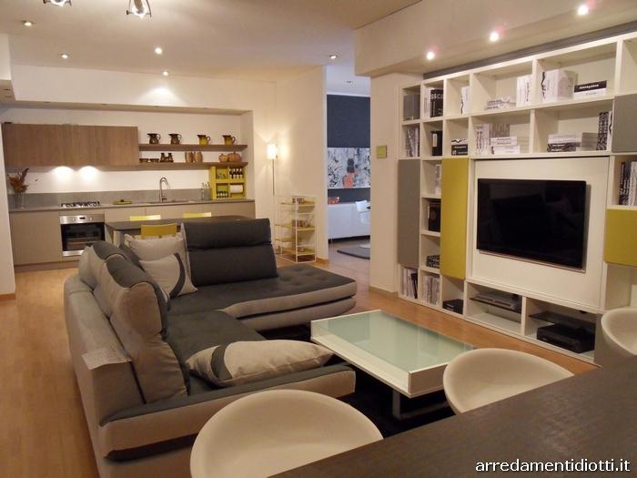 Open space composto da cucina soggiorno e divano  DIOTTI