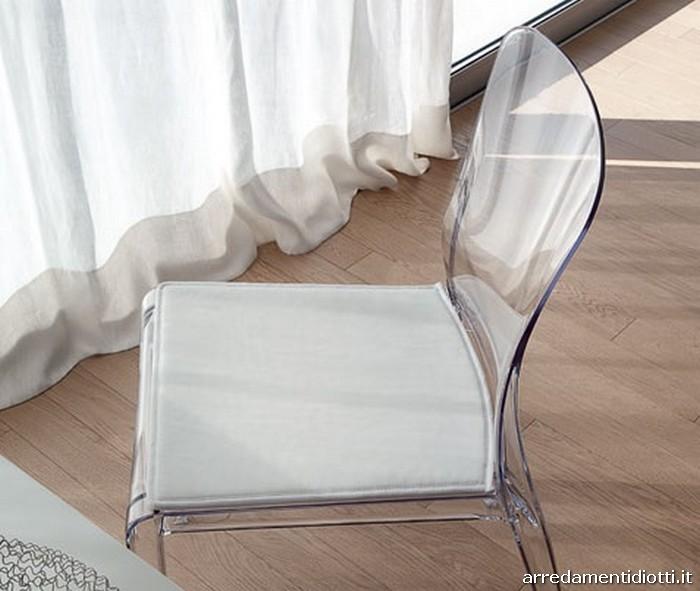 Sedia impilabile realizzata in policarbonato riciclabile