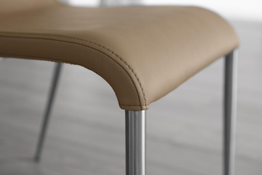 Sedia Ondula impilabile in ecopelle con gambe in acciaio