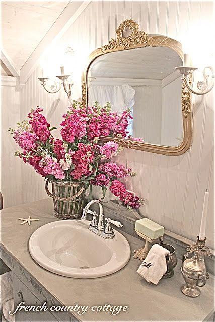 Fiori nella stanza da bagno Shabby Chic ecco qualche dritta  Arredamento Provenzale