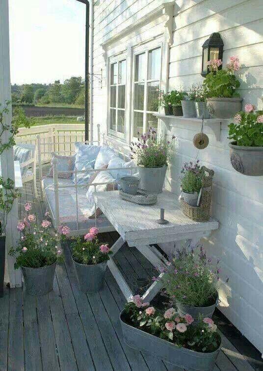 Fiori nella veranda Shabby Chic  Arredamento Provenzale