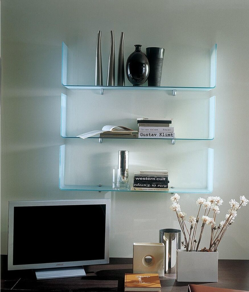 Come decorare una consolle, un tavolino da salotto e una libreria con soprammobili, piante e libri? Mensole In Vetro Il Design In Soggiorno Arredare Moderno