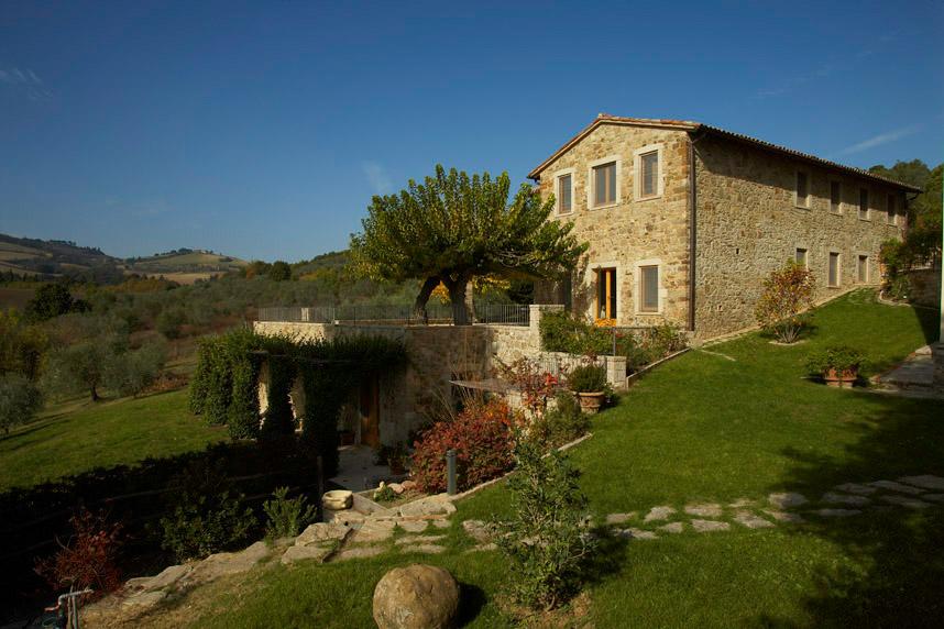 Villa Francisci lunione tra legno pietra e arredi moderni  Arredica