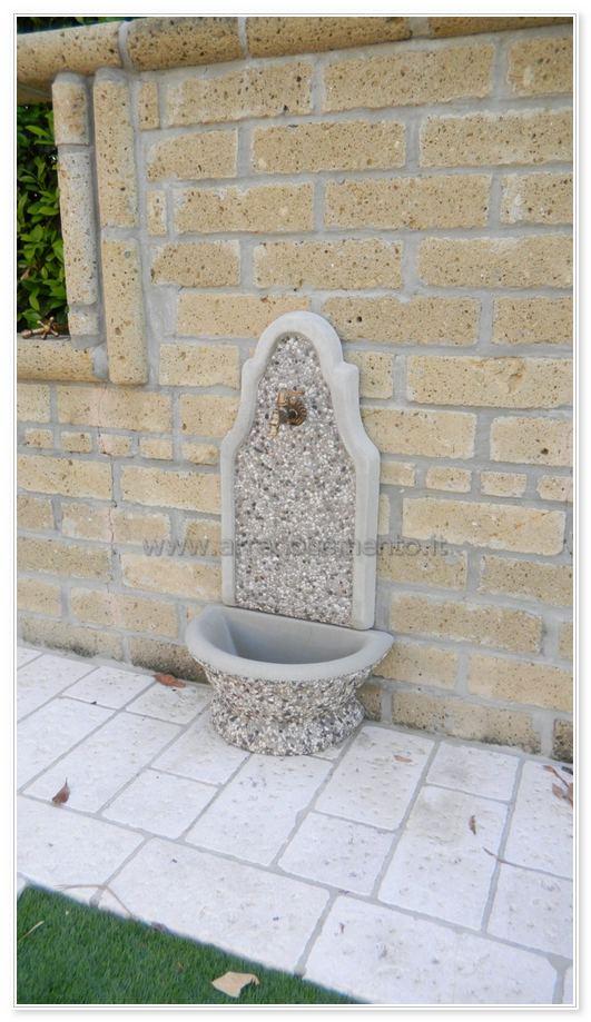 Le fontane da giardino moderne hanno invece un pannello in alluminio che aderisce al muro. Fontane A Muro Rodano Cm54x34x105h Vasca A Terra