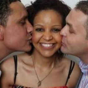 Tempos modernos! Mulher vive com o marido e o namorado na mesma casa mas dorme com outra pessoa