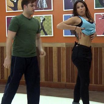 Marquezine faz biquinho, mostra a barriga e avalia: 'Estou emagrecendo'