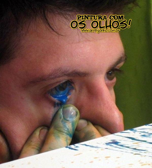 Homem que pinta quadros com os olhos, literalmente!