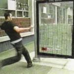3M faz campanha com vidro inquebrável e deixa dinheiro no ponto de ônibus