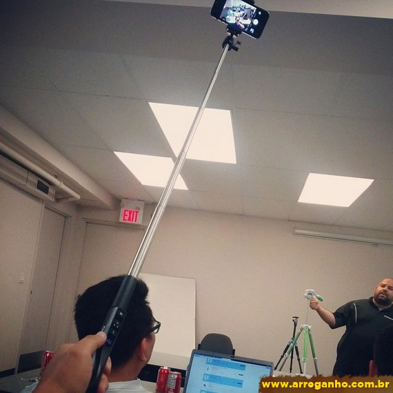 9 pessoas que não sabem usar o pau de selfie