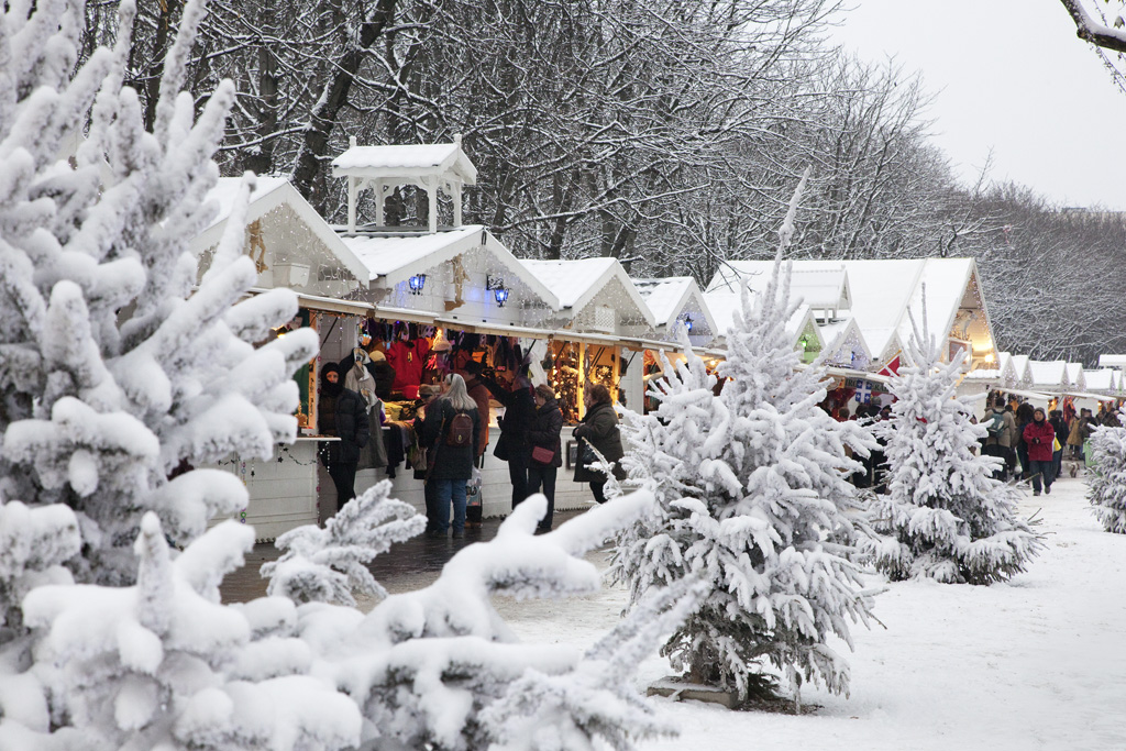 A Paris Christmas Market under a blanket of snow - © Paris Tourist Office - Photographer : Amélie Dupont
