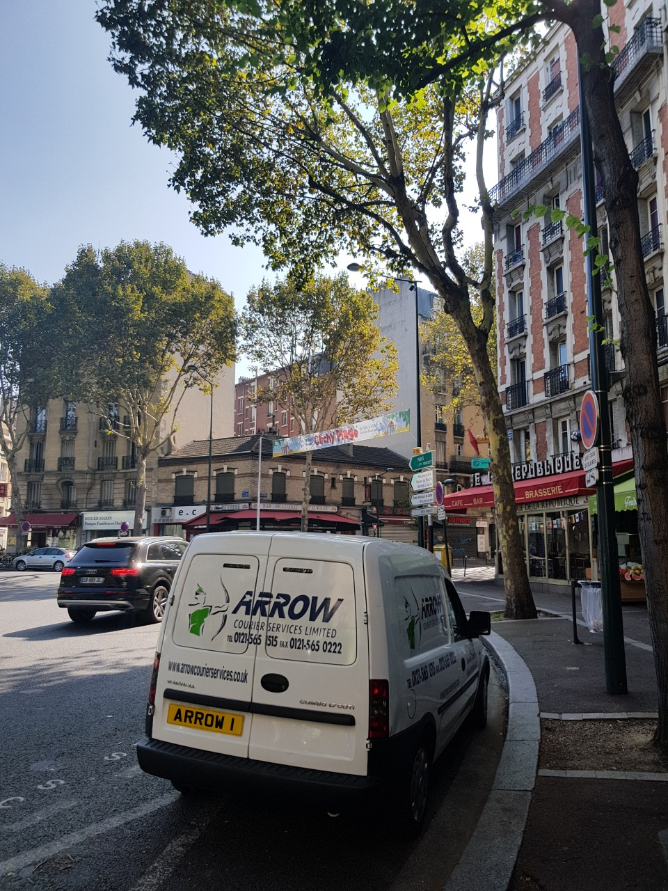 "img src=""Arrow-Couriers-Small-Van-Outside-Shops-in-Paris-2.jpg"" alt=""Arrow Couriers parked outside shops in Paris"""