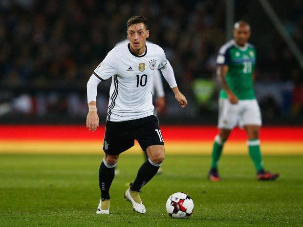 Mesut Ozil spotted in photo with prolific Arsenal target