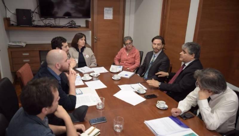 Luis Vilarroel (segundo a la derecha), junto a diputados y pacientes exponen sus planteamientos a la ex ministra de Salud, Carmen Castillo (cuarta desde la izquierda).