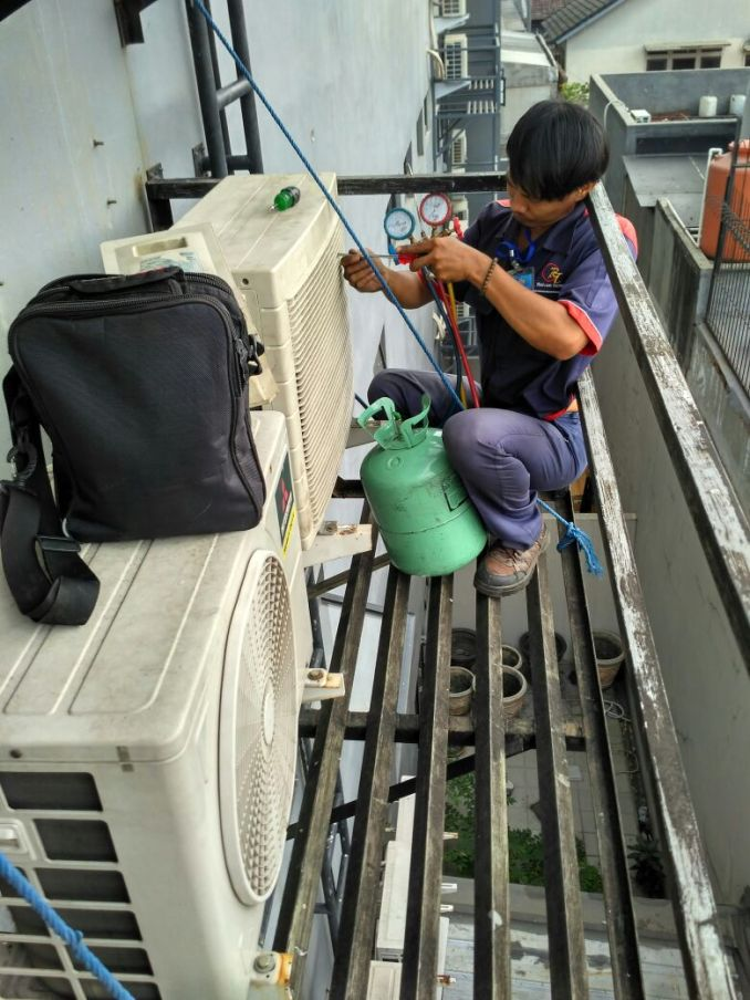 Jasa Service AC Boulevard Jakarta Hubungi 08979012689