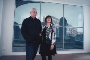 Evelyne et Jacques Deret devant une oeuvre de Jérémy Liron, deuxième lauréat exposé en septembre 2012 au Patio