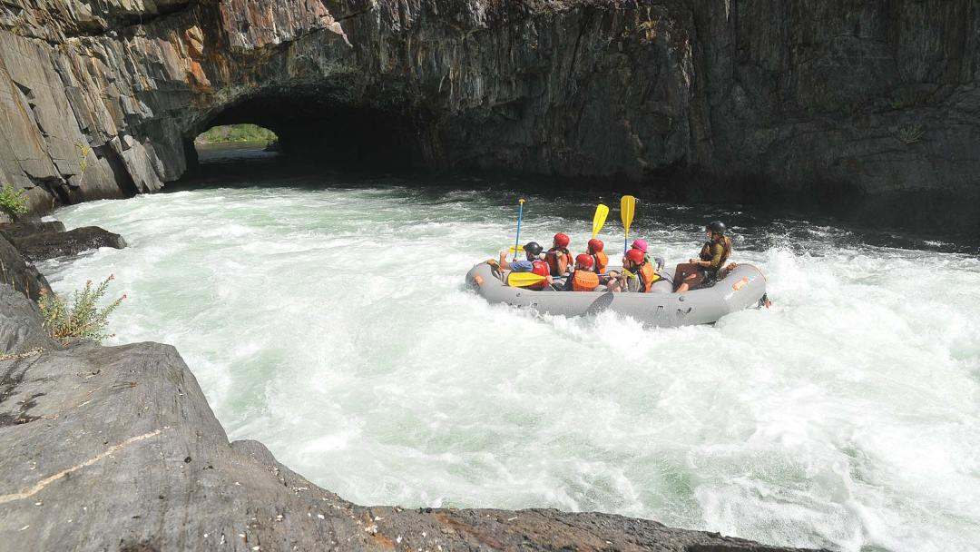 entering-the-tunnel-whitewater-rafting-middle-american-river-arta-river-trips