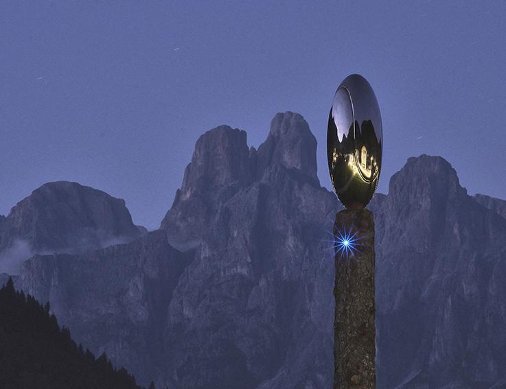 Una boccata d'arte. Luca Pozzi:  Dragon's Eggs, 2020 - scultura in bronzo, rivelatore di particelle INFN, Led Blu, tronchi di abete bianco, 600 × 40 × 40 cm