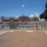 Plaza de Mayo, la casa rosada dietro un muro di cartelloni