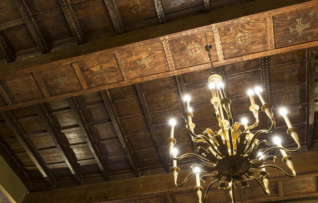 soffitto antico con lampadario