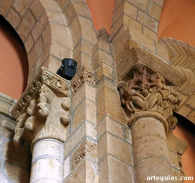 Pilares y columnas en el interior de la iglesia de la Colegiata