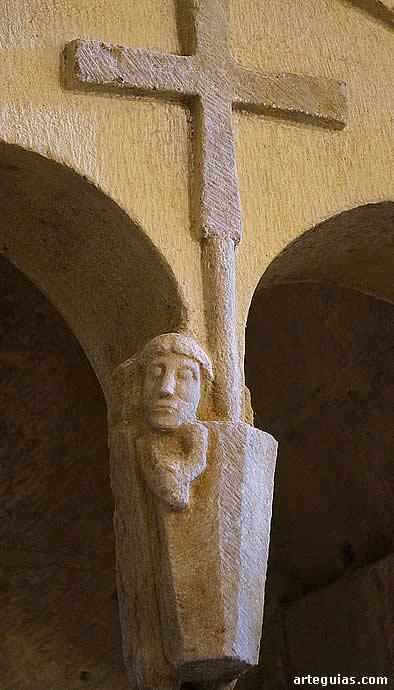 Una cruz preside a un personaje saliendo de un sepulcro