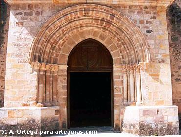 Una de las portadas de tradición románica de Santo Toribio de Liébana. Cantabria