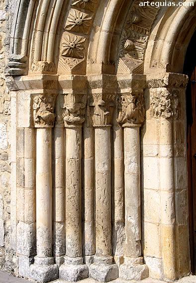 Columnas y arcos de la puerta de Ochate integrada en el templo parroquial de Uzquiano