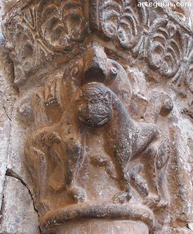Capitel de leones en la puerta de San Salvador de Agüero