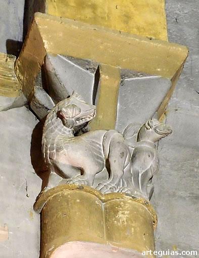 Capitel con león y grifo. Interior de San Salvador de Agüero