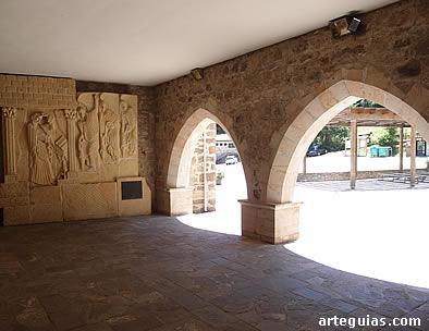 Monasterio de Santo Toribio de Liébana: pórtico de acceso al claustro