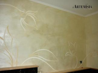 Decoro lineare floreale su parete cangiante madreperla.