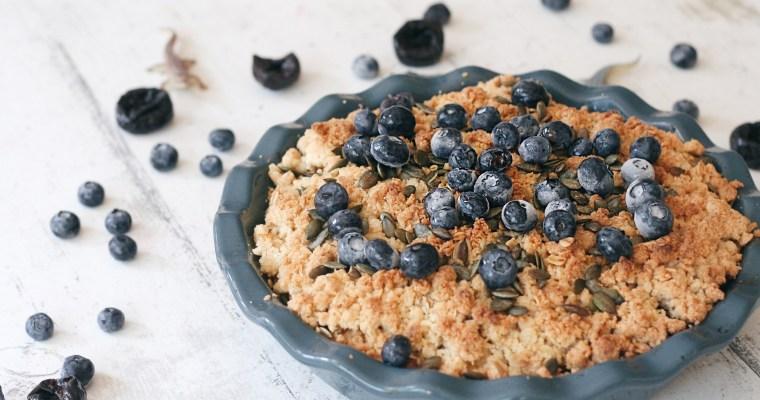 Colazione buona e sana: crumble all'avena, mele, prugne e mirtilli