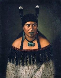 Maori-Frau mit Hui-Federn als Kopfschmuck