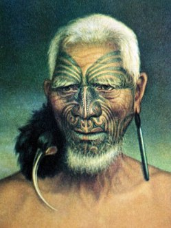 Maori mit Huia-Schmuck pohoi