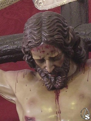 La cabeza del Cristo cae directamente hacia abajo a diferencia de otros crucificados