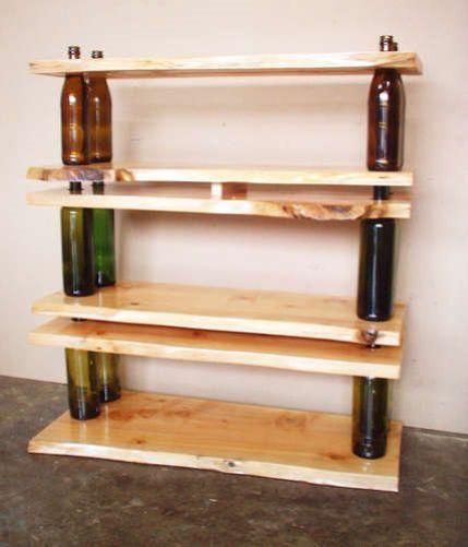 Estantes con bases de botellas de vidrio
