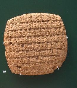Tablete com apontamentos das rações de cevada distribuídas a adultos e crianças (aprox. 2350 a.C.).