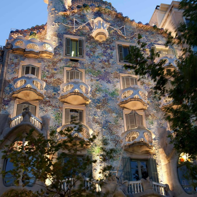 Sab as que hay un drag n dormido en medio de barcelona ma ana despertar arte y cultura - Casa vives gaudi ...
